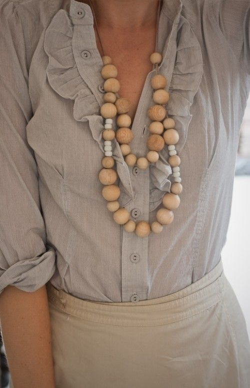 .: Blouses, Fashion, Color Combos, Clothing, Wooden Beads Necklaces, Outfit, Styles, Ruffles, Chunky Necklaces