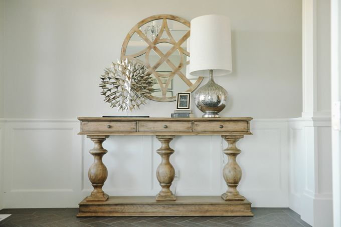Foyer Table Lamps : Chic foyer design with pale gray walls paired