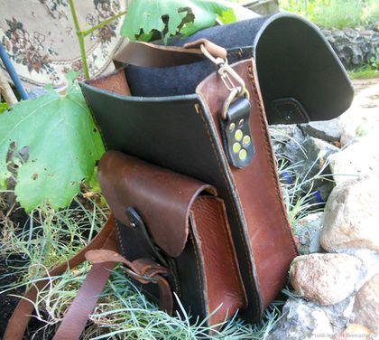 Купить или заказать Мужская кожаная сумка с двумя отделами в интернет-магазине на Ярмарке Мастеров. Пример мужской сумки из натуральной кожи с наплечным ремнем.Возможно изготовление сумки другого фасона. Данная сумка сделана из кожи черной толщиной 3,5 см и коричневой крейзи хорс толщиной 2,5 см.Имеет 2 отделения и задний карман.Ручной шов вощеной нитью.