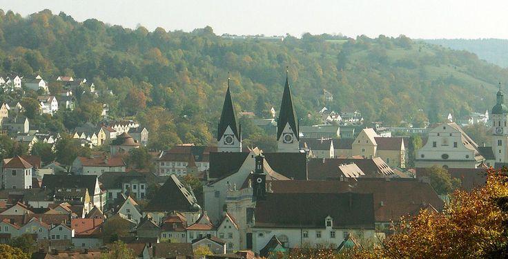 Eichstätt (Bayern): Eichstätt ist eine Große Kreisstadt im gleichnamigen Landkreis in Oberbayern. Die Stadt ist Sitz des Landkreises sowie der Verwaltung des Naturparks Altmühltal, außerdem Bischofssitz des Bistums Eichstätt und Hauptsitz der Katholischen Universität Eichstätt-Ingolstadt.