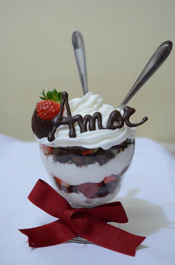 """""""Taça do Amor"""" para do dia dos namorados. Uma deliciosa combinação de bolo de chocolate, chantilly, morangos e nutella."""