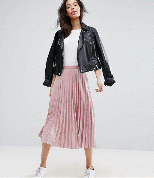 С правильно юбкой можно составить множество стильных комплектов — как повседневных, так и вечерних. К таким в этом сезоне относится юбка-плиссе длины миди из бархатной ткани.