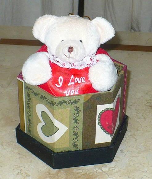 Kit composto por uma caixa mdf sextavada revestida com tecido e acabamento interno em e.v.a. + 1 mini urso de pelúcia com coração escrito I love you. Perfeito para o dia dos namorados eu simplesmente um presentinho fora de época para agradar o parceiro. A caixa pode ser vendida separadamente por R$ 19,00. As medidas referem-se a caixa. WWW.NIKIATELIER.ELO7.COM.BR