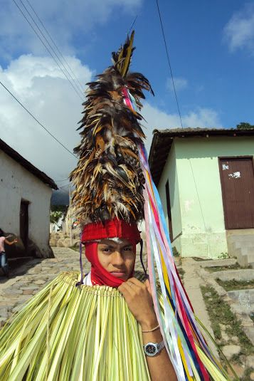 Las cintas que cuelgan de la punta del sombrero de la cucamba es una pieza fundamental de la indumentaria, ya que durante la danza las mueven de lado a lado para ahuyentar  a los diablos.