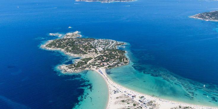 Isola dei Gabbiani Land of Water è un villaggio con camping 3 stelle annesso si trova a Porto Pollo a Palau, in provincia di Olbia Tempio. Se con i tuoi amici viaggi in camper o in roulotte trovi piazzole economiche. Le piazzole sono immerse nella macchia mediterranea, direttamente sul mare. Il campeggio si trova su un'istmo che dà sull'incantevole Spiaggia Isuledda: una striscia di sabbia affacciato sul mare di cristallo da entrambi i lati.