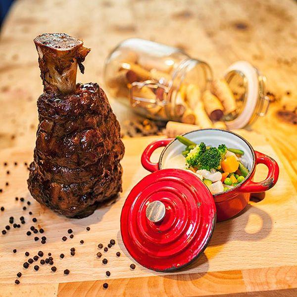 Casa Pablo to przede wszystkim tętniąca kreatywnością, pełna inspiracji autorska kuchnia tworzona od czterech lat przez chefa Gonzalo de Salas Smith'a, który swoje bogate doświadczenie zdobywał w najlepszych restauracjach na całym świecie. W tym Eleven Madison Park, odznaczoną trzema gwiazdkami Michelina w Nowym Jorku.