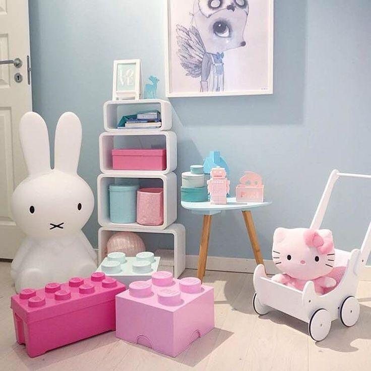 Jollyinspo! Fredagsinspirationen kommer denna vecka från fina @mitt_paradis som inreder barnrummet i underbara blåa och rosa pasteller! Håll stöket i schack med de fina förvaringslådorna från LEGO. Och med den fina dockvagnen i trä från Woodlii (art.nr.549639) kan barnen ta med leken ut! Tips! Titta in på hemsidan för att se fler varianter på produkterna, länk hittar du i profilen. ✨ #jollyroom #LEGO #aliceandfox #förvaringslådor #woodlii #dockvagn #utelek #barnrumsinspo