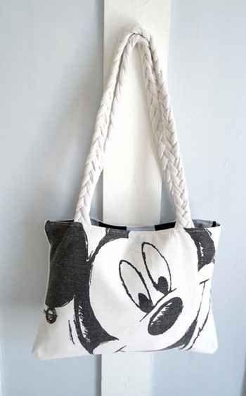 Upcycle una tienda de segunda mano de Mickey Mouse T en un bolso de mano.