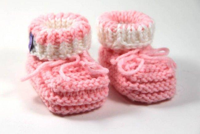 Gratis Strickanleitung: einfache Babyschuhe stricken. So können Sie ganz leicht süße Babyschuhe stricken. Schöne Babyschuhe aus Babywolle selber gestrickt.