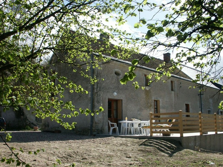 Gite restored in a hamlet situated on the tourist road connecting Villandry and Azay-le-Rideau. Farm of the spot owners (apples, pears, asparaguses) and bovine rearing houses of 500 m². 2 rooms for 5 people.