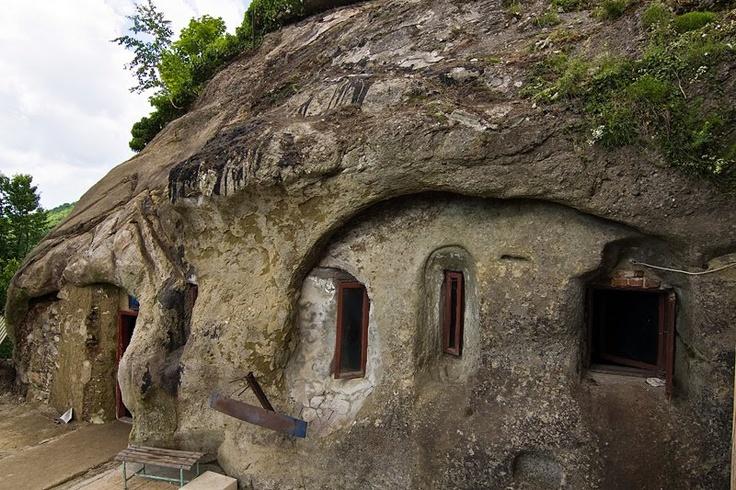 """Cetățuia Negru Vodă, chilia unui sihastru în Argeș---Google Translate gives """"Citadel Negru Voda, a hermit's cell in Arges"""""""