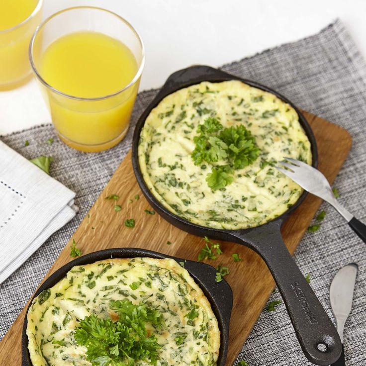 Mättande omelett som blir extra fluffig med crème fraiche i smeten.