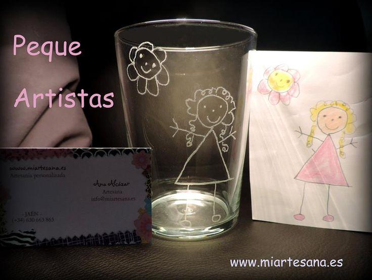 Si quieres un vaso exclusivo, nada como este que grabamos para ti con el dibujo de tu pequeñ@ artista. Tú nos envías una foto de su dibujo, nosotros hacemos el resto ;)