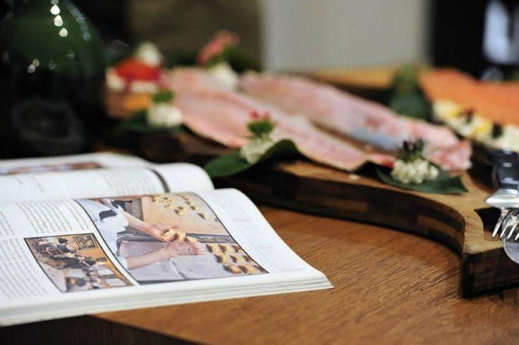 Tutto è contaminato da design essenziale e raffinato. Lasciatevi incuriosire dal nostro stile. www.biosteriapari.it www.royalpaestum.it www.amatelier.com