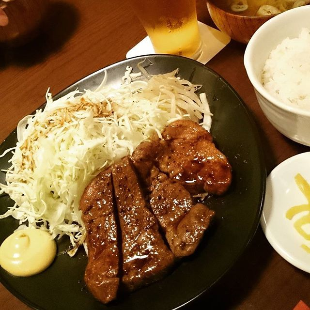Asahi-yaのとんテキ定食😋🍴 これ、美味しかった〜〜❗ 都内で唯一の四日市とんテキ協会公認のお店らしい🐷  #ランチ #トンテキ #自由が丘 #豚肉 #定食 #トンテキ定食 #豆豚食堂朝日屋 #朝日屋 #昼ごはん #外食 #美味しい #b級グルメ #肉 #lunch #pork #steak #yummy #food #foodporn