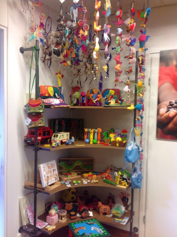 Voor de allerkleinsten, prachtig houten speelgoed, aaibare boekjes enz. Allemaal in vrolijke kleuren.