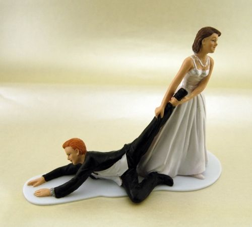 Humoristisk kaketopp der bruden�drar brudgommen til alters.St�rrelse:H:11cmL:15cm