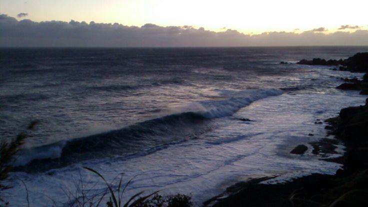晴れているけど風がまだ強い。 海も風下なのにうねりが入ったままな釜の尻です。