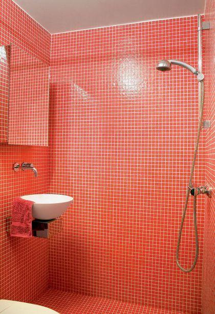 Une petite salle de bains très colorée avec douche à l'italienne