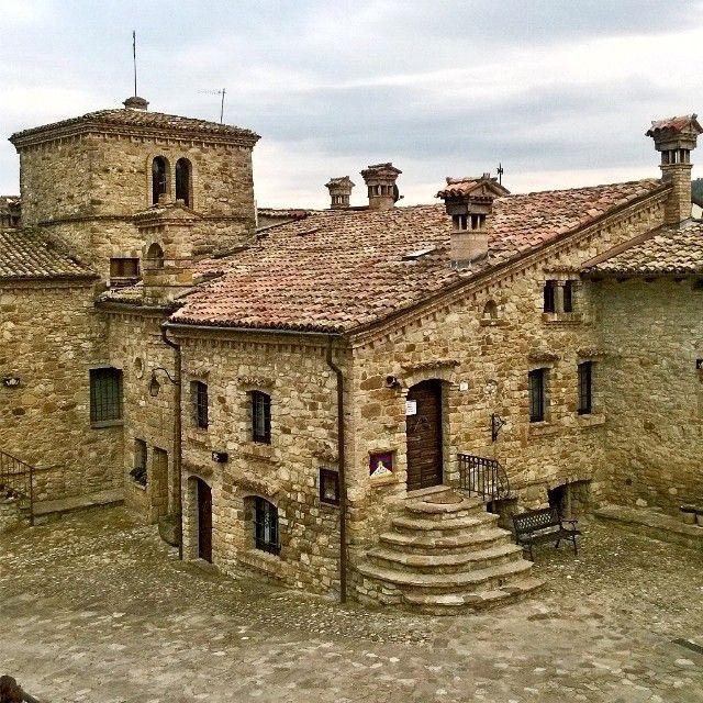 Fuori dal mondo. Il borgo medievale di Votigno di Canossa (RE) - Instagram by essetigia #visitingitaly