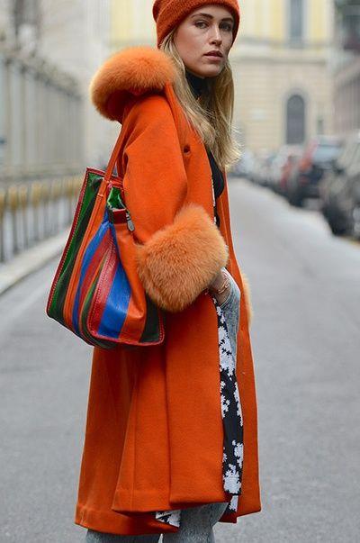 Tendencias: Ideas de look con las prendas exteriores de color Naranja. Es una tendencia brillante que elevará el estado de ánimo incluso en los días más nublados y fríos. Elige colores intensos naranja o color de las hojas caídas. El color naranja se combina muy bien con colores marrón, tonos arena, negro y gris. Lo mejor de Street Style.