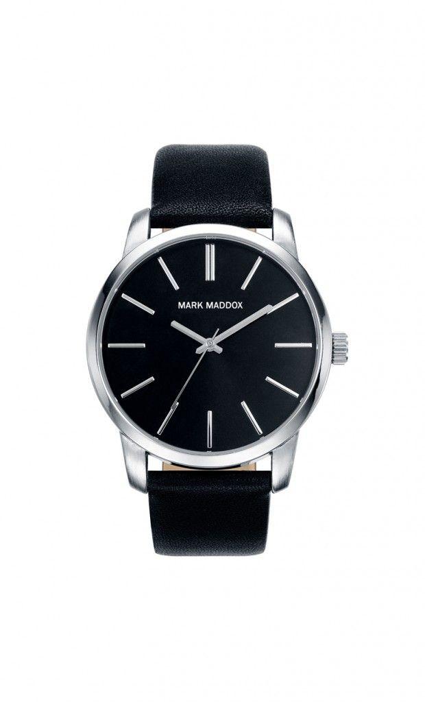 Un moderno reloj que en tu muñeca no puede faltar. Reloj tres agujas con correa y esfera negra. Cierre de hebilla. Cristal mineral. Impermeable 30m (3ATM).