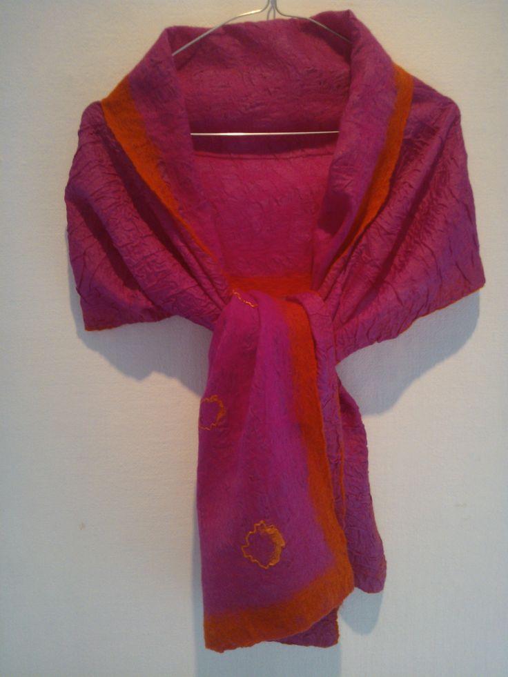 Pink silkesjal filtet med pink uld med orange uldkant og orange silkedekorationer.