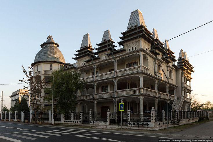 Теперь про цыганскую архитектуру. Не знаю, почему, но русскому человеку она очень близка. Если русскому дать много денег и сказать, строй дом, какой пожелаешь, он тоже построит нечто такое. Любой цыганский дом - это сарай с ажурной крышей. В зависимости от уровня достатка сарай может быть декорирован.