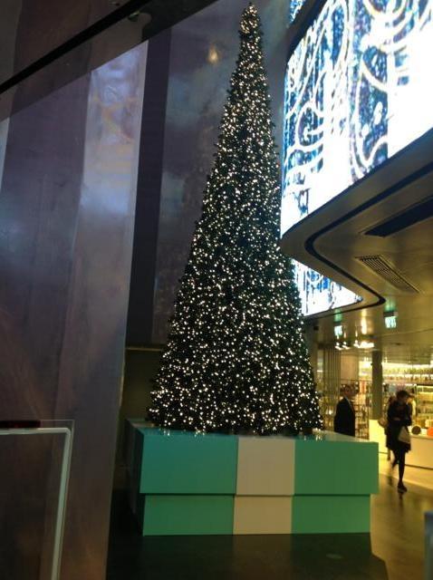 Allestimento Albero di Natale 10 m per Tiffany & Co. c/o Excelsior Milano by Creation Vetrina