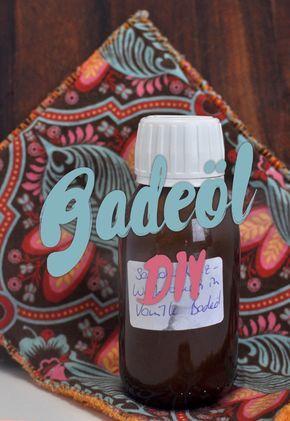 DIY Badeöl beschreibt wie du auf einfachste Art deinen eigenen Badezusatz rühren kannst, z.B. mit Sandelholz und Weihrauch für absolute Tiefenentspannung