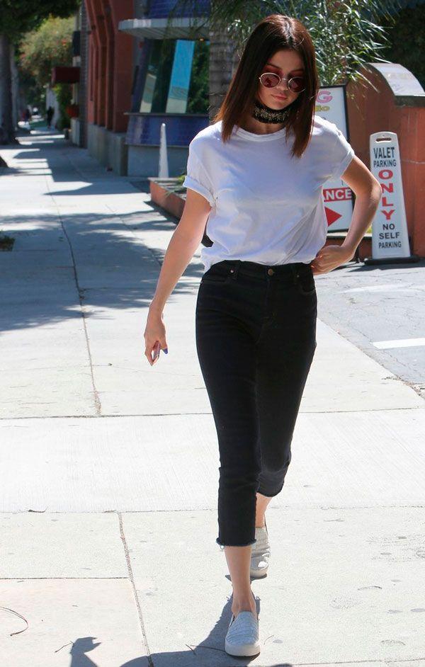 Calça jeans preta Camiseta branca Choker Tênis branco Mule