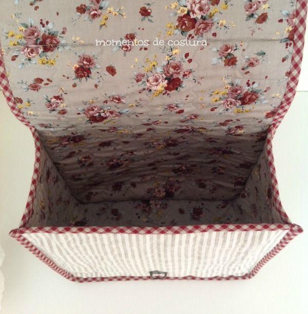 """Un nuevo cachivache decora la estantería de mi cuarto de costura: una maletita donde guardo las lanas que usaré para hacerle """"los pelos"""" a..."""