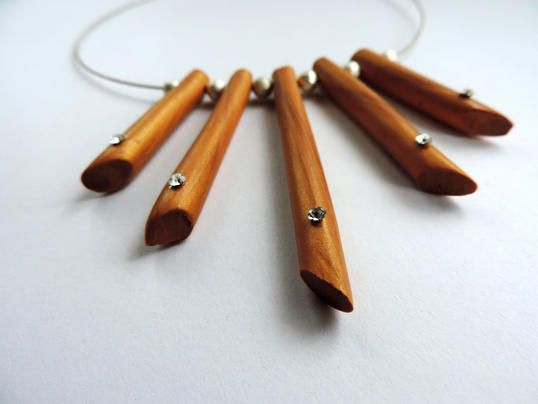 Wooden-style dream collier