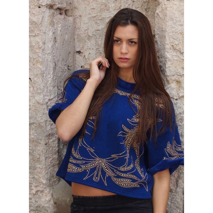 bij www.miss-p.nl, Super zachte trui, binnen en buitenkant. Het is een kort model en heeft korte omgevouwde mouwen. Prachtige donker blauwe kleur en gouden patroon aan de voorzijde.