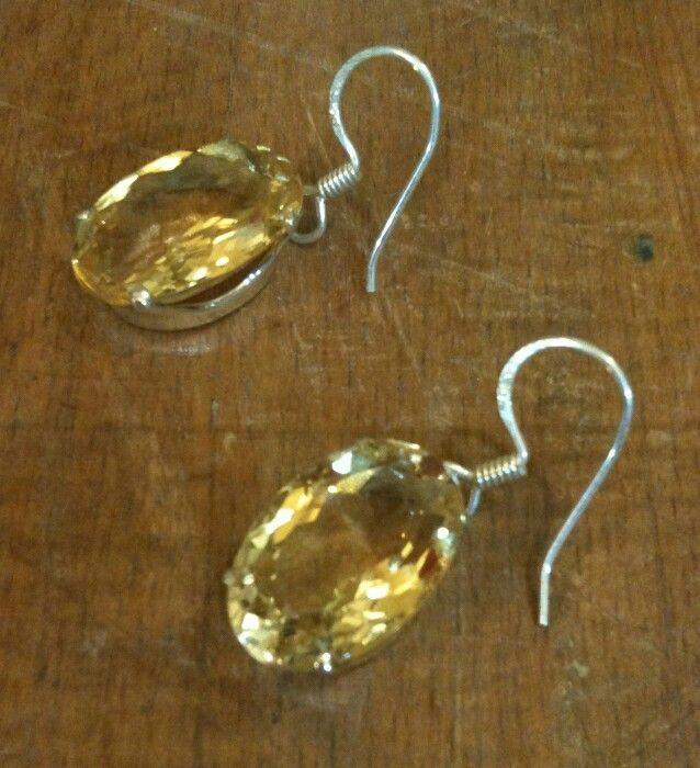 Oval fasetli kesim Citrine küpelerimiz. Göz alıcı A kalite taş için 925 ayar Gümüş montür kullanılmıştır  #küpe #kupe #earring #earrings #taki #takı #takitasarim #takıtasarım #citrine #sitrin #gem #gemstone #gems #dogaltas #doğaltaş #taki #takı #925k #gumus #gümüş #gumustaki #gümüştakı #jewelry #jewelryatelier #jewelrydesign