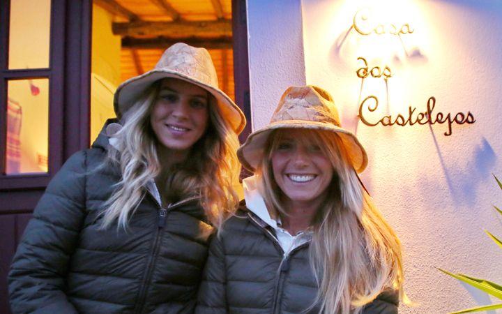 Camilla e Stefania davanti alla Casa dos Castelejos