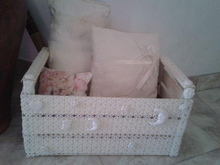 cassetta di legno per la frutta riciclata e trasformata in porta cuscini