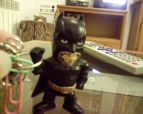 Este es Barbas, mi superheroe particular. Puede parecerse a Batman pero es sólo coincidencia :P Una de las principales diferencias entre éste y el Batman de verdad es que Batman tiene un cinturon lleno de herramientas y éste las lleva todas en una arandela en la mano. Y, mientras Batman se encierra en la baticueva para estar solo, éste es el que me permite a mi entrar en la baticueva.