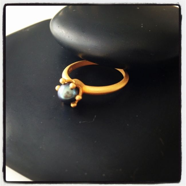 Ring from matte gold plated silver with blue black pearl 32€
