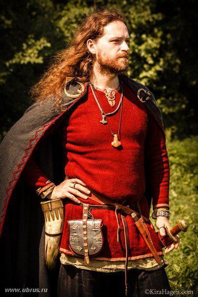 Reenactor in great viking garb on russian website.