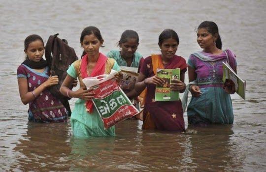 Estudantes precisam atravessar rio a nado para ir à escola na Índia