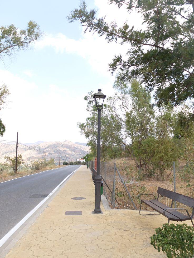 La ruta hacia el Santuario de la Virgen de las Flores se hace sobre una acera. Hay iluminación y bancos para sentarse.