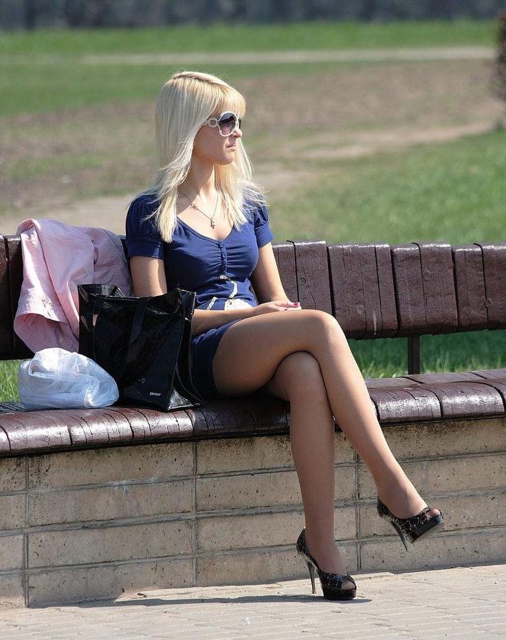 фото девушка в юбке на улице необходима для