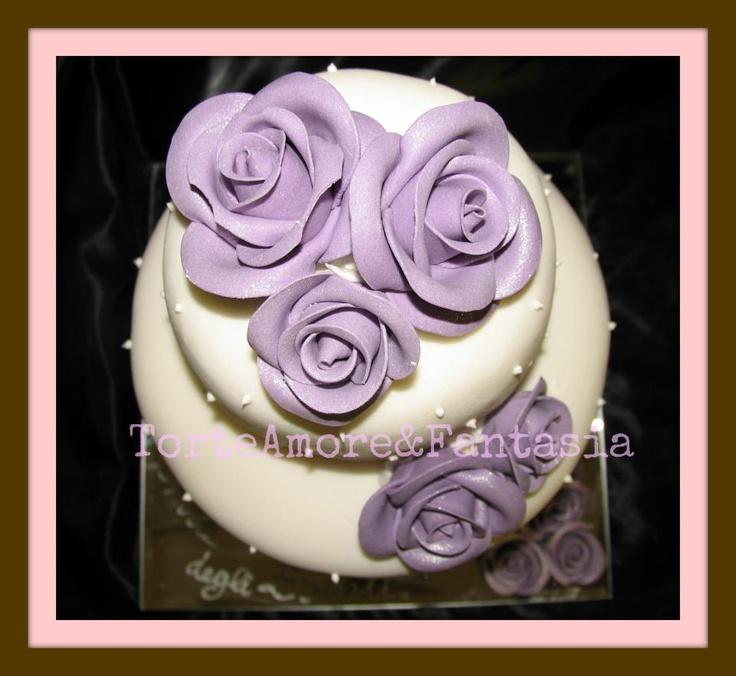 White and Rose  Wedding Cake Romantica 2    Tinte pastello, il candore del bianco, nastri e fiori delicati per una sposa che nel suo giorno importante vuole sentirsi una principessa in un mondo fatato e per uno sposo che vuole condividere pienamente gioia e speranza. L'elemento purezza ed essenzialita' del design e' il fiore all'occhiello per questa torta.