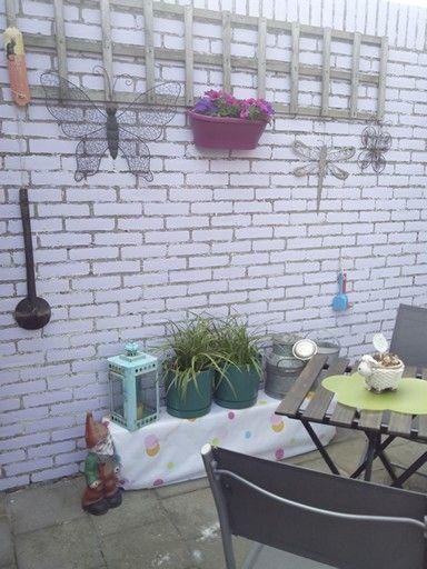 Terras met lavendel kleurige muur