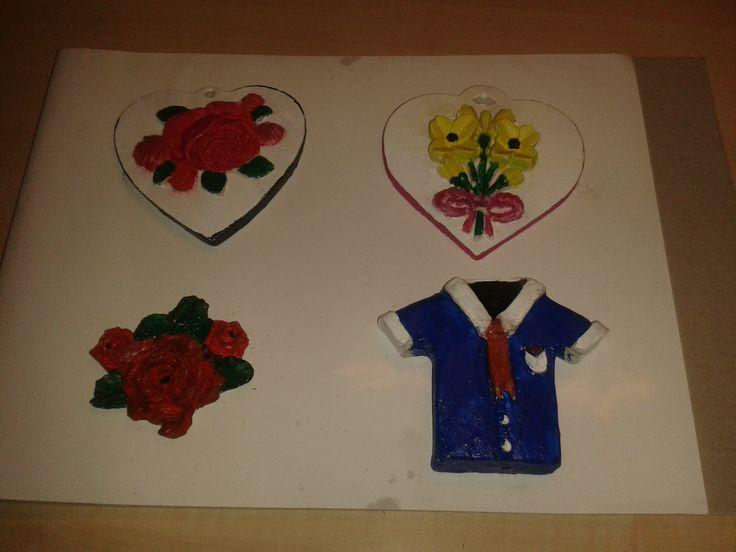 twee harten afgewerkt  bloemtak afgewerkt  overhemd van gips afgewerkt