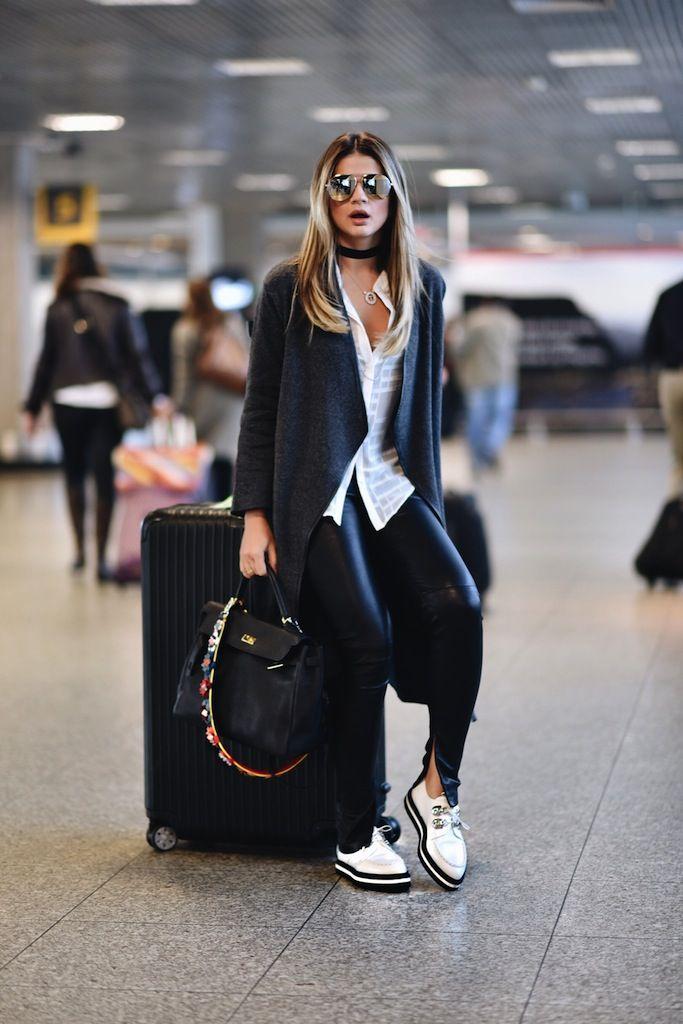 Looks confortáveis nunca saem de moda e para modernizar,os sapatos baixos e com pegada masculina estão super em alta, principalmente os envernizados! Os sapatos queridinhos da estação são os mocassins, oxford e até mesmo tênis com a sola tratorada. Os modelos em verniz são os mais modernos e podem ser em preto, nude, prata, vinho, …