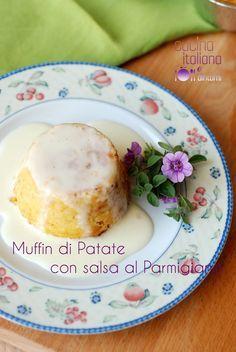 I muffin di patate con salsa al parmigiano ci permettono di cucinare le patate in modo gustoso e stuzzicante: serviti in mono porzioni e soprattutto accomp