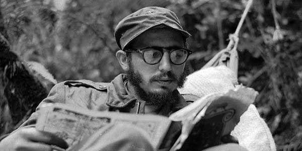 Fidel leyendo en la Sierra Maestra/ubadebate.cu