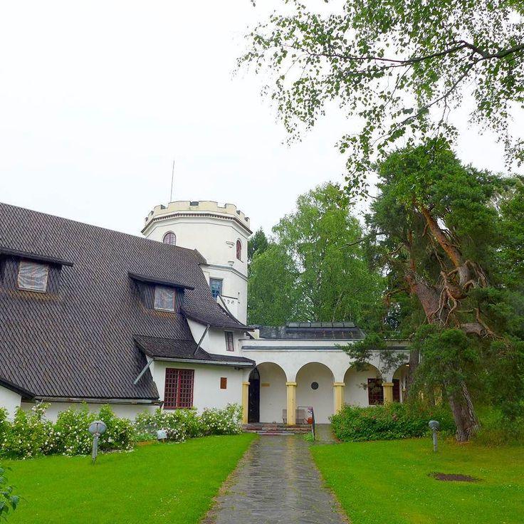 Pyöräkaravaani suuntaa seuraavaksi Espooseen! Tarvaspäässä sijaitsee Akseli Gallen-Kallelan itselleen suunnittelema kansallisromanttinen ateljeerakennus joka valmistui 1913. Ateljee on toiminut museona 60-luvusta lähtien ja sijaitsee luonnonkauniilla paikalla Laajalahden pohjukassa. Linnamainen rakennus on pystytetty korkealle kallion päälle josta näkymät hakevat vertaistaan.